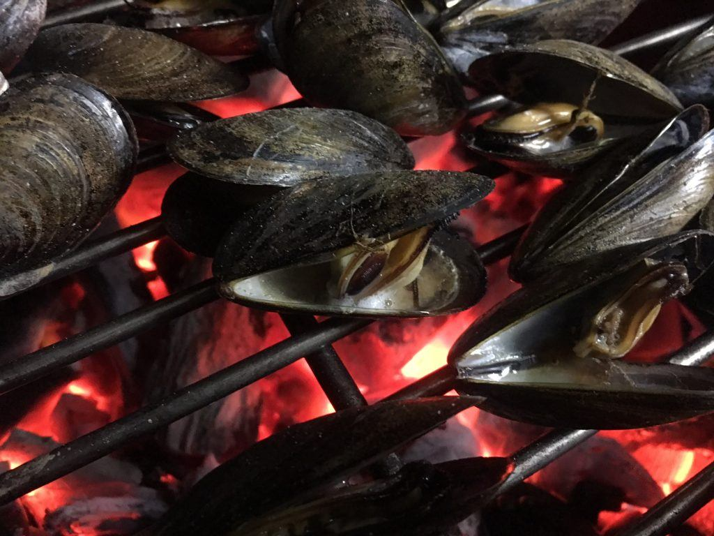 grillgirl, grilled mussels on the gril, garlic and herb butter
